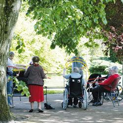 Maisons de retraite: un résident paye de sa poche en moyenne 2.200 euros par mois, soit deux fois le montant moyen des pensions