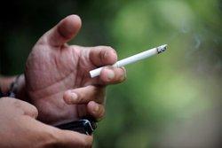 Même les anti-tabac n'osaient y songer : Attali veut interdire de fumer !