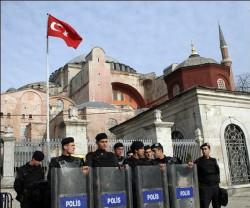 Benoît XVI débute à Ankara une visite délicate en Turquie