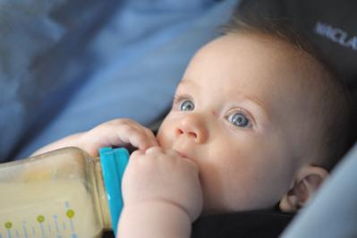L'Anses pointe les risques liés à l'alimentation des nourrissons avec des boissons autres que le lait maternel et ses substituts