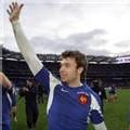 L'ailier Vincent Clerc salue la foule après la victoire française à Dublin le 11 février 2007