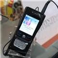 Un clip visionné sur un téléphone portable, lors du Midem à Cannes, en janvier 2007