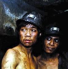 Chine: 180 mineurs bloqués dans des mines inondées