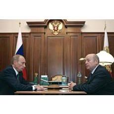 Vladimir Poutine à gauche écoute Mikhail Fradkov au Kremlin