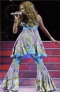 Jennifer Lopez, le 20 octobre à Anaheim en Californie, a commandé des vêtements larges et flottants à son designer italien.