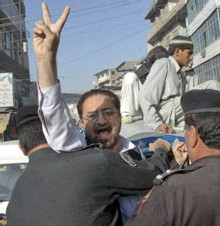 Des policiers arrêtent un avocat qui manifestait lundi à Peshawar contre l'état d'urgence déclaré par le président Musharraf