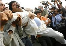La police arrête un supporter de Mme Bhutto près de sa maison à Lahore