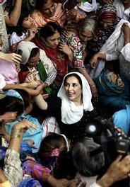 Benazir Bhutto en visite dans la famille de Zaheer Abbas Bolas qui est mort lors de l'attentat du 18 octobre.